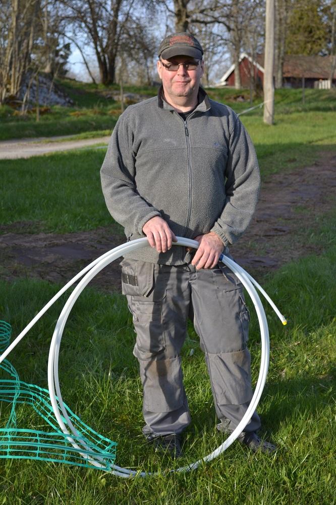 En nöjd Kjell Jacobsson som var den första att få fiberslangen till sin tomt
